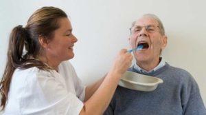 Eldre som får hjelp til tannpuss
