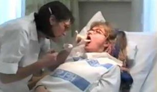 Sengeliggende som får hjelp til tannpuss